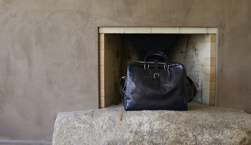 暖炉の前にTotem Re Vooo 鞄 YURI CO.,LTD.