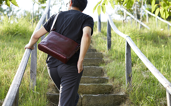 Totem Re Vooo 鞄を斜めに掛ける男性後ろ姿 YURI CO.,LTD.