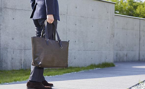 RAIZONのビジネスショルダーバックを下げる男性 YURI CO.,LTD.