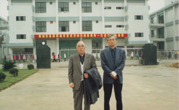 青島社屋前で記念写真