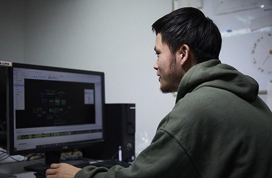 鞄CADを操作する男性 YURI CO.,LTD.