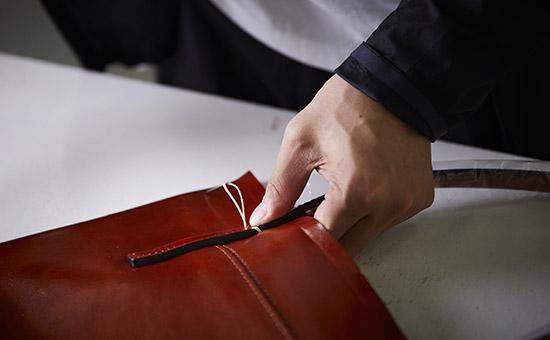 鞄手縫い作業