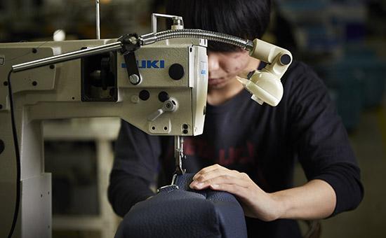 鞄の縫製作業