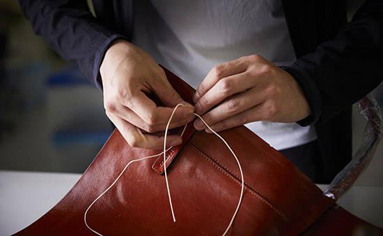 鞄の手縫い作業