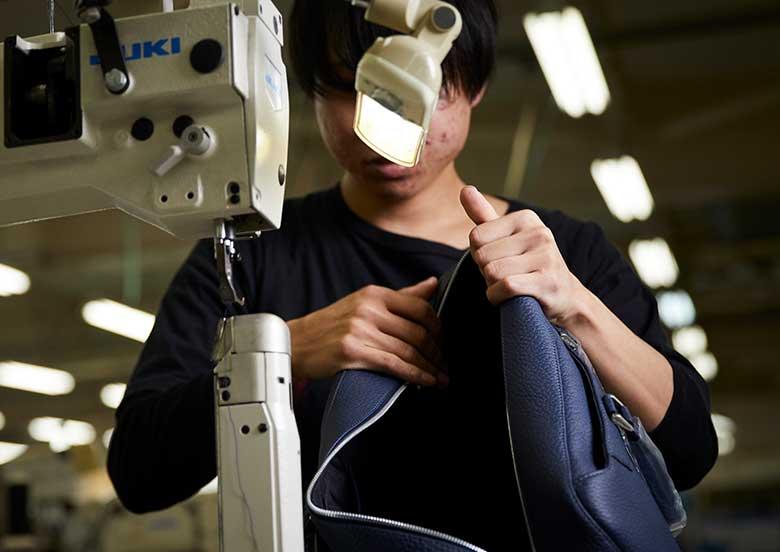 鞄縫製作業の男性 YURI CO.,LTD.
