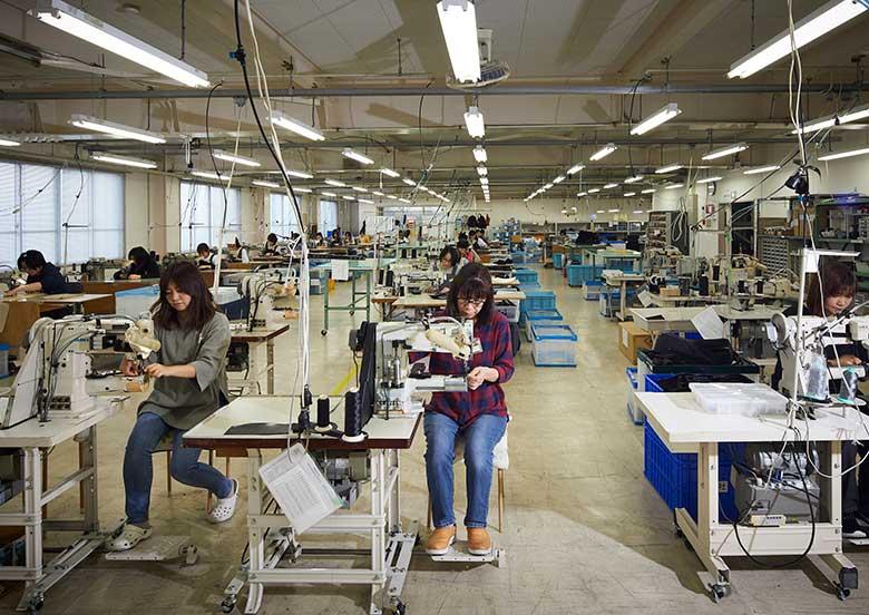 工場縫製作業の女性達 YURI CO.,LTD.