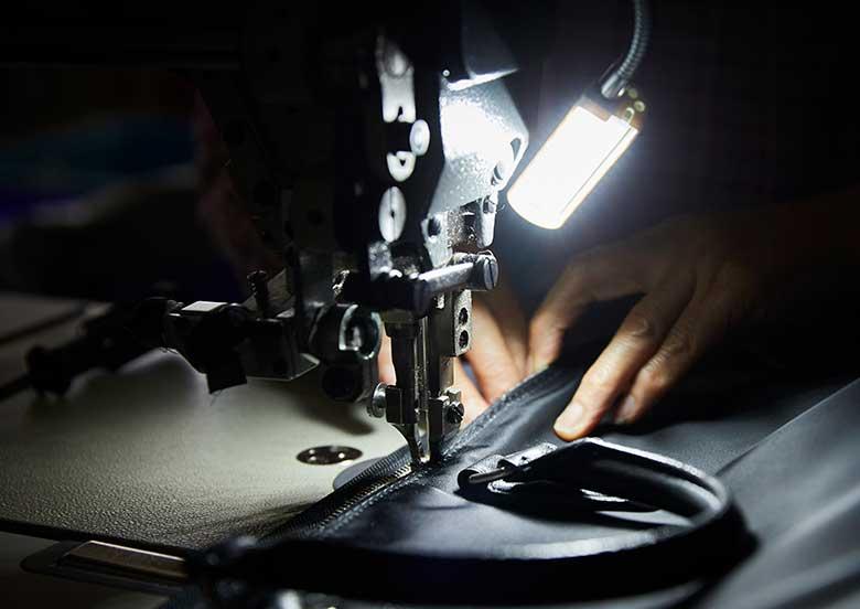 鞄の縫製 取手取り付け作業 YURI CO.,LTD.